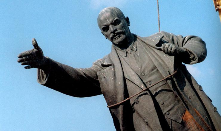 <strong> Estátua de Vladimir Lênin, </strong> líder da Revolução Russa, é desmontada em Vilnius, capital da Lituânia, primeira república soviética a declarar-se independente