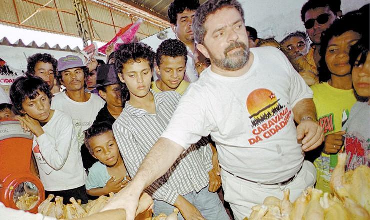 <strong> Lula em feira em Garanhuns (PE), </strong> sua cidade natal e de onde partiu a primeira Caravana da Cidadania, que passou por Alagoas, Sergipe, Bahia, Minas Gerais, Rio de Janeiro e São Paulo