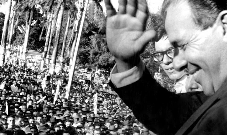 <strong> Presidente João Goulart </strong> saúda o público em comício no Nordeste, no início de 1964