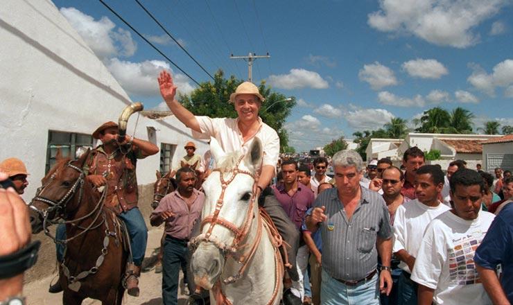 <strong> No município de Delmiro Gouveia (AL),</strong> o candidato Fernando Henrique montou a cavalo e usou chapéu de couro