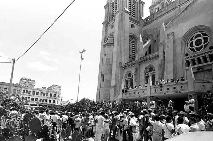 <strong> Sertanejos aguardam</strong> distribui&ccedil;&atilde;o de alimentos em frente &agrave; Catedral de Fortaleza