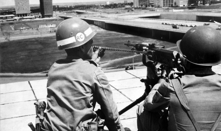 <strong> Soldados na Torre de TV, </strong> em Brasília, no dia da eleição de Castelo Branco pelo Congresso