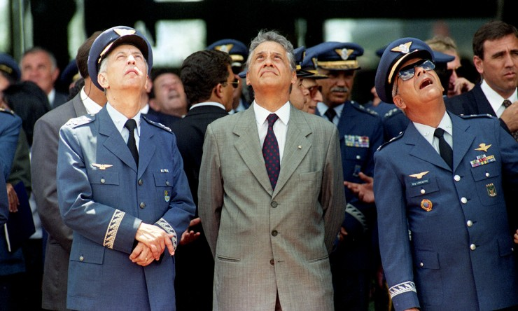 <strong> Fernando Henrique Cardoso ao lado do ministro da Aeronáutica, Lélio Lobo</strong> (à esq.),que substituiu o brigadeiro Mauro Gandra, afastado do cargo devido a acusação de envolvimento no caso Sivam