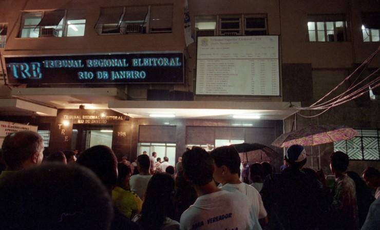 <strong> Eleitores acompanham a apuração</strong> no Rio de Janeiro pelo telão instalado do lado de fora do Tribunal Regional Eleitoral
