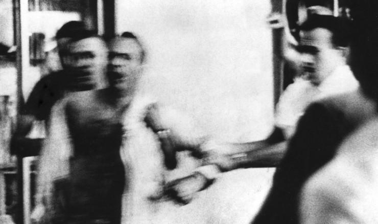 <strong> Ferido,</strong> Marighella é levado preso por agentes do Dops