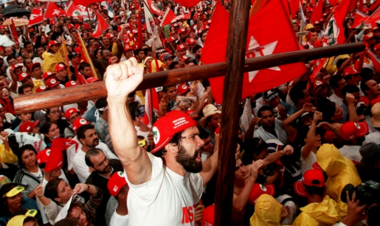 <strong> Manifestantes sem terra ocupam </strong> a Esplanada dos Ministérios, num dos maiores atos de protesto enfrentados pelo governo Fernando Henrique Cardoso