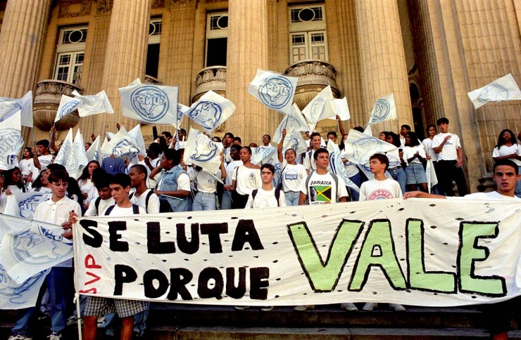<strong> Estudantes fazem ato</strong> contra a privatização da Vale em frente ao prédio da Bolsa de Valores do Rio