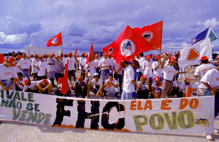 <strong> Militantes do MST protestam</strong> na Esplanada dos Ministérios, em Brasília, contra a venda da Vale