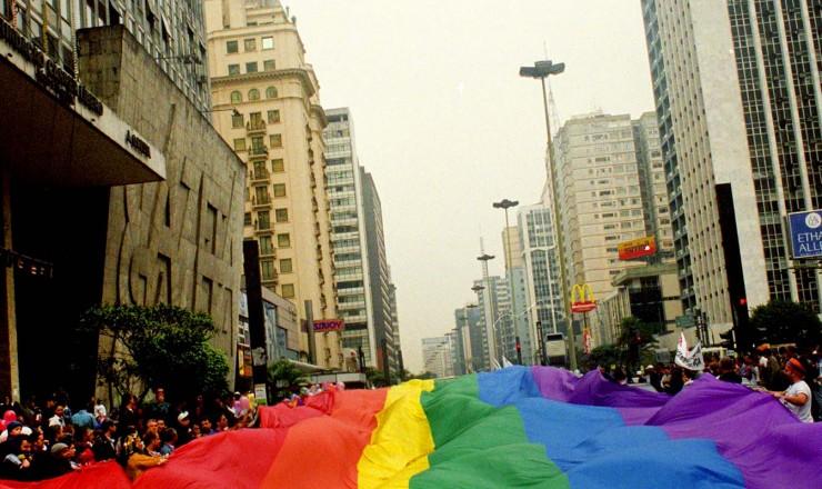 <strong> Bandeira gigante com as cores do arco-íris,</strong> representativa do movimento gay, cobre os participantes da Parada do Orgulho LGBT na av. Paulista, em São Paulo