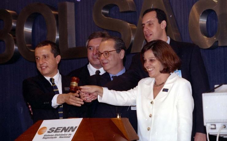 <strong> Representantes da Bolsa do Rio,</strong> da Comissão de Valores Mobiliários (CVM) e do BNDES batem o martelo no leilão de privatização da Telebrás
