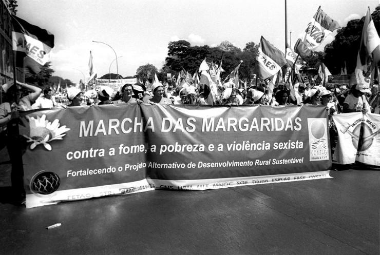 <strong> Frente da Marcha das Margaridas,</strong> ato que reuniu 20 mil mulheres agricultoras em Brasília em 2000 e que acontece todos os anos