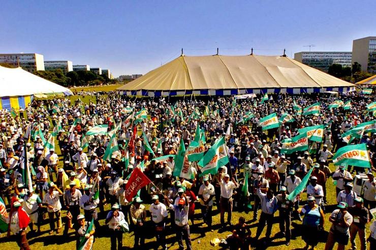 <strong> Trabalhadores rurais</strong> ligados à Confederação Nacional dos Trabalhadores na Agricultura fazem manifestação em frente ao Congresso Nacional