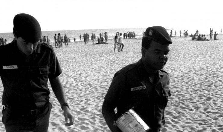 <strong> Policiais apreendem latas</strong> commaconha lançadas ao mar por navio estrangeiro