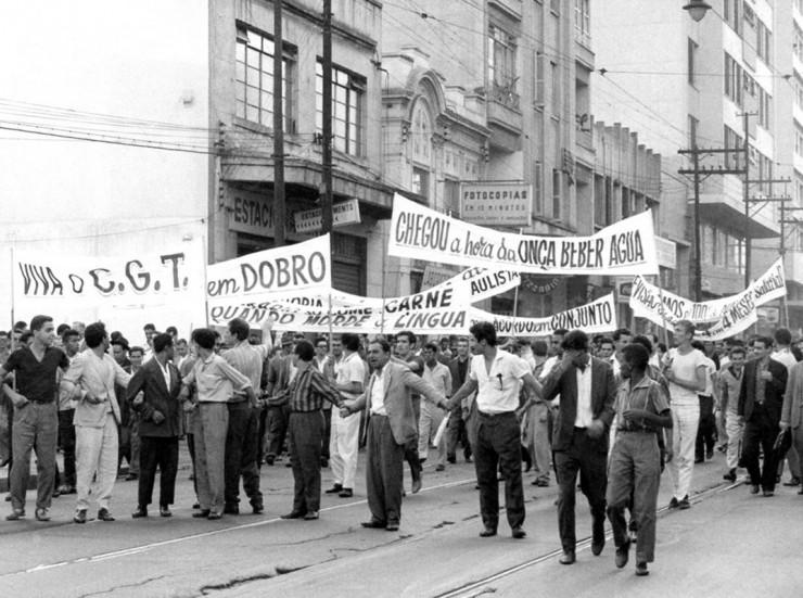 <strong> Paralisações e manifestações de trabalhadores,</strong> como na Greve dos 700 mil, de novembro de 1963, são proibidas pela Lei Antigreve