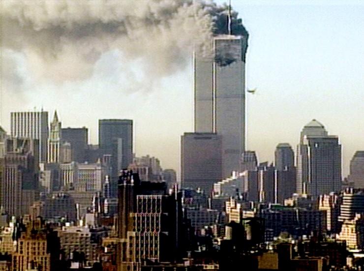 <strong> A primeira torre do WTC</strong> &nbsp;atingida por&nbsp;avi&atilde;o comercial sequestrado por terroristas do grupo fundamentalista isl&acirc;mico Al Qaeda  &nbsp;