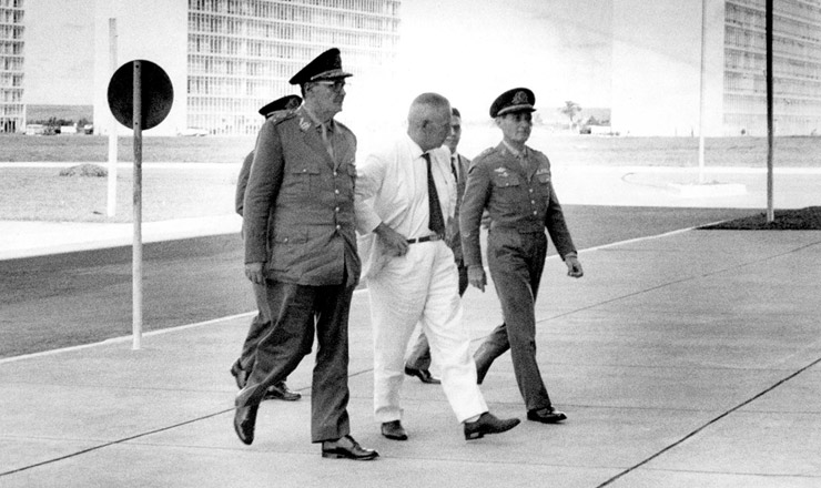 <strong> General Argemiro Assis Brasil</strong> (de terno branco), expurgado pelo novo regime