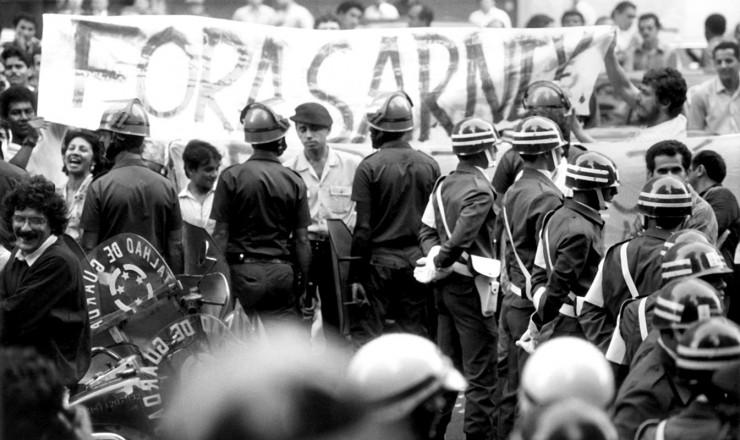 <strong> Policiais atuam na contenção </strong> de manifestantes em frente à Academia Brasileira de Letras, no Rio de Janeiro, durante visita do presidente Sarney