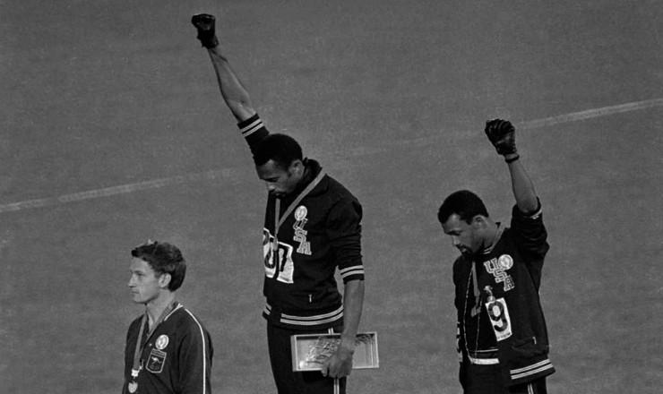 <strong> Atletas negros norte-americanos</strong> protestam contra a intervenção no Sudeste Asiático, durante os Jogos Olímpicos de 1968, no México
