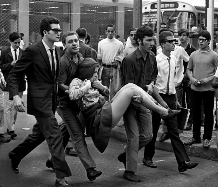 <strong> Estudante &eacute; socorrida</strong> por colegas durante manifesta&ccedil;&atilde;o reprimida pela PM