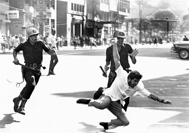 <strong> Flagrante da violência</strong> protagonizada pelas for&ccedil;as policiais na Sexta-Feira Sangrenta