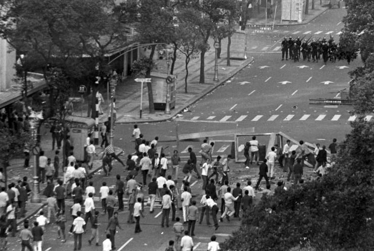 <strong> Armados de paus e pedras,</strong> estudantes enfrentam pelot&atilde;o da pol&iacute;cia