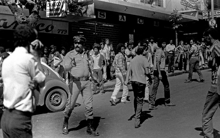 <strong> Policial reprime manifesta&ccedil;&atilde;o</strong> dos trabalhadores da constru&ccedil;&atilde;o civil em Belo Horizonte