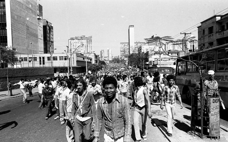 <strong> Operários da construção civil</strong> saem em passeata pelas ruas de Belo Horizonte