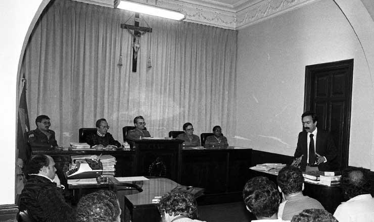 <strong> Julgamento dos sindicalistas</strong> em novembro de 1981; o advogado Luiz Eduardo Greenhalgh faz a defesa oral