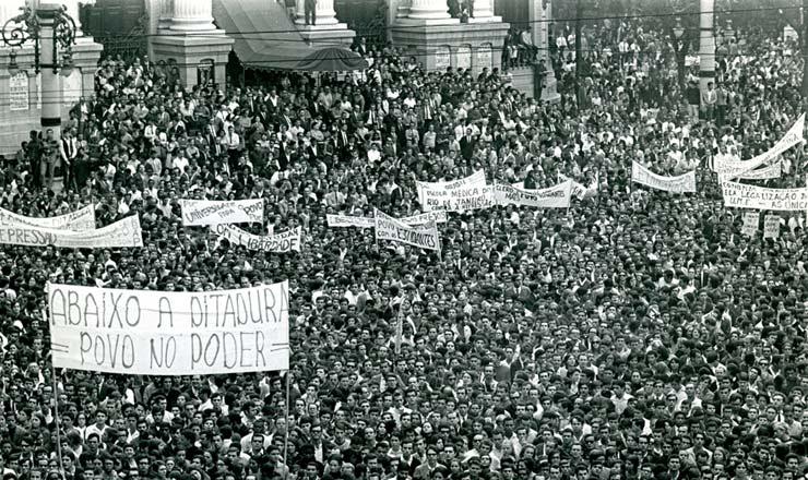 <strong> Na Cinel&acirc;ndia, </strong> participantes da Passeata dos Cem Mil erguem faixas e cartazes contra a ditadura
