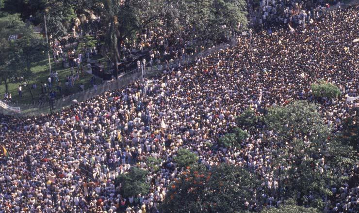<strong> Multidão nos arredores do Palácio da Liberdade,</strong> onde o corpo de Tancredo foi velado; houve registro de mortos e feridos entre os populares,devido à aglomeração