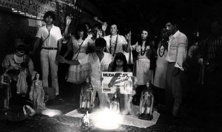 <strong> Vigílias e novenas</strong> na porta do Incor reuniam pessoas de diferentes crenças e de vários lugares do país