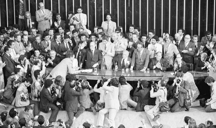 <strong> Tancredo saúda o Congresso</strong> logo após sua eleição para presidente, na qual recebeu 480 votos contra 180 dados a Paulo Maluf