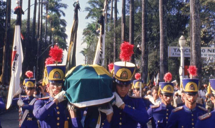 <strong> Dragões da Inconfidência</strong> carregam o caixão no cortejo fúnebre em Belo Horizonte