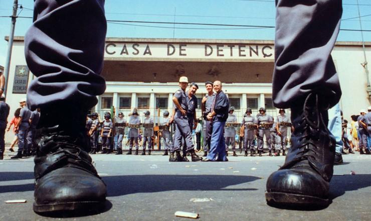 <strong> Tropa de choque isola</strong> a entrada da Casa de Detenção de São Paulo depois do massacre de presidiários