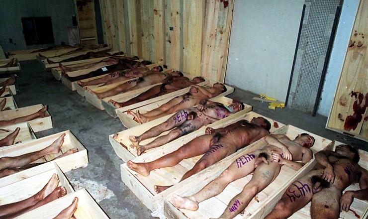 <strong> Corpos de presidiários executados </strong> no Carandiru, após autópsia no Instituto Médico Legal