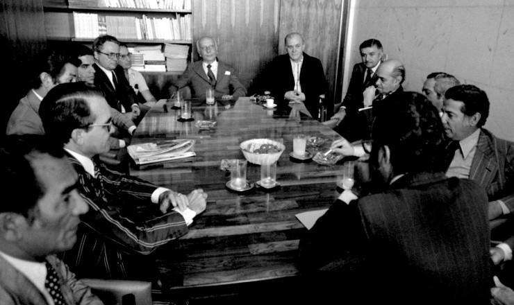 <strong> Presidida por Ulysses Guimar&atilde;es, </strong> a Executiva Nacional do MDB discute o Pacote de Abril e o recesso do Congresso<br /> &nbsp;