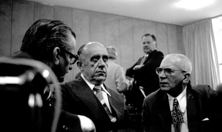 <strong> Armando Falc&atilde;o e Golbery do Couto e Silva </strong> (&agrave; esq.) na comemora&ccedil;&atilde;o do 13&deg; anivers&aacute;rio do golpe de 1964, organizada pela Arena na v&eacute;spera do an&uacute;ncio do pacote  <br /> &nbsp;