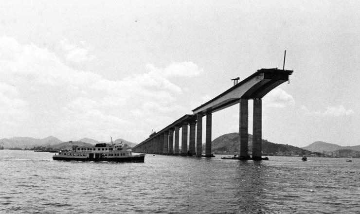 <strong> Constru&ccedil;&atilde;o da ponte</strong> Rio-Niter&oacute;i, &uacute;nica obra conclu&iacute;da do Plano de Integra&ccedil;&atilde;o Nacional&nbsp;