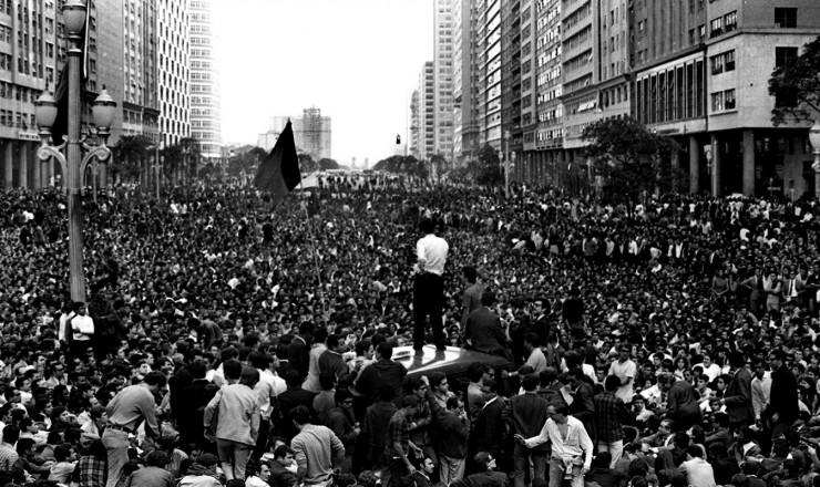<strong> Manifestantes lotam</strong> a avenida Presidente Vargas, no centro do Rio