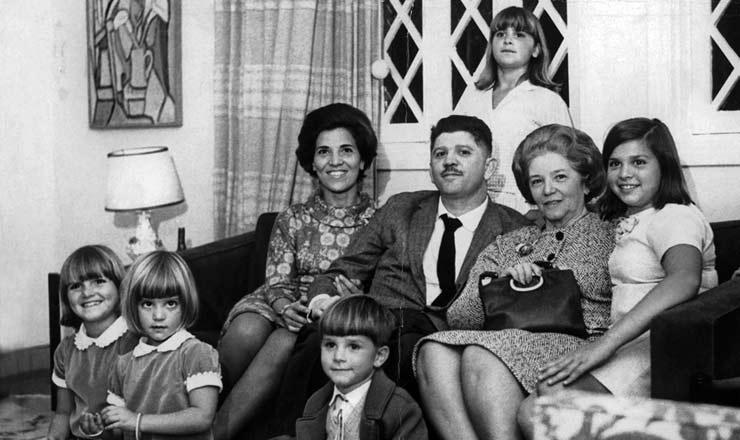 <strong> O ex-deputado Rubens Paiva</strong> entresua mulher, Eunice (à esq.), a sua mãe e os cinco filhos