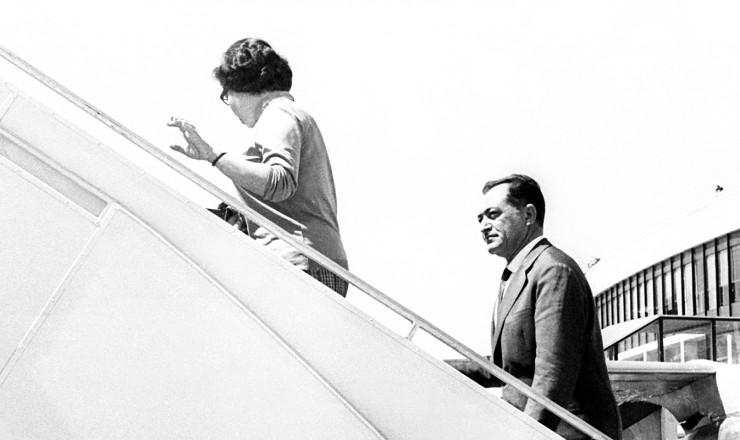 <strong> O ex-governador embarca</strong> no aeroporto de Orly, em Paris, rumo à Argélia