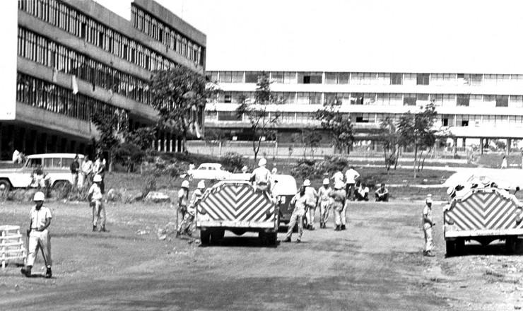 <strong> Policias e viaturas invadem </strong> o campus da Universidade de Bras&iacute;lia