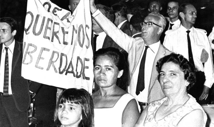<strong> Antonio Callado,</strong> ao centro com a faixa, protesta no Hotel Glória