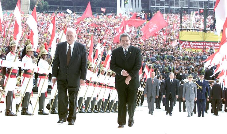 <strong> Lula, ao lado de José de Alencar,</strong> sobe a rampa do Palácio do Planalto para receber a faixa presidencial