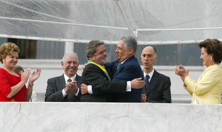 <strong> Lula e Fernando Henrique se abraçam</strong> após a transmissão da faixa presidencial observados por Marisa Letícia, José Alencar, Marco Maciel e Ruth Cardoso