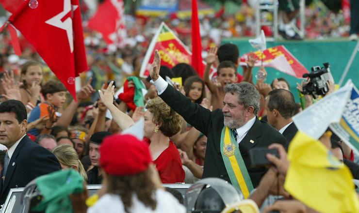 <strong> Presidente Luiz Inácio Lula da Silva </strong> desfila em carro aberto e saúda a população que lotou as vias de Brasília