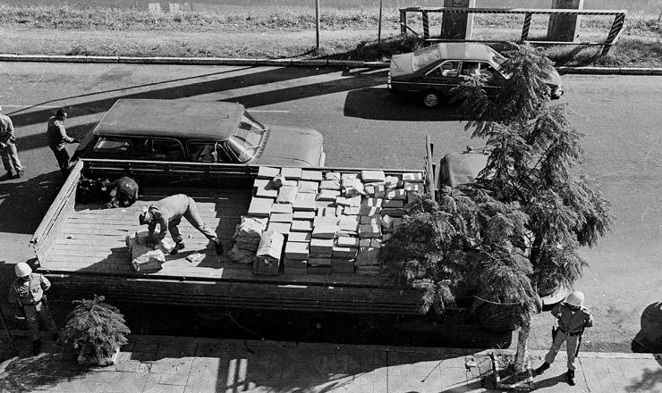 <strong> Em frente ao Pal&aacute;cio da Pol&iacute;cia</strong> em Porto Alegre, documentos do Dops s&atilde;o colocados num caminh&atilde;o&nbsp;  &nbsp;  &nbsp;