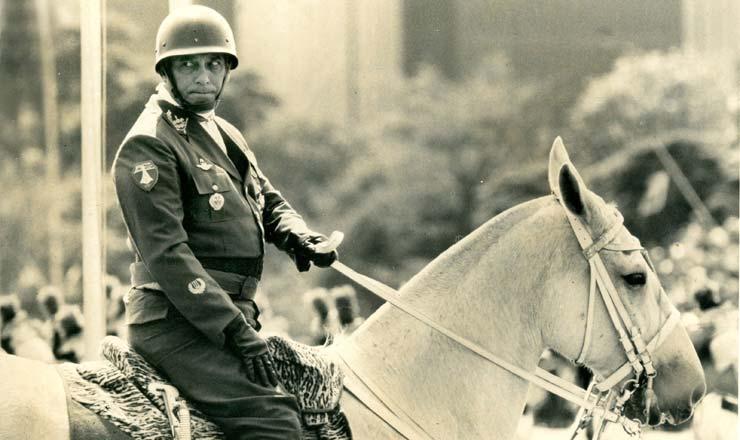 <strong> General Newton Cruz </strong> desfila montado em cavalo branco na Esplanada dos Minist&eacute;rios durante a vig&ecirc;ncia das medidas de emerg&ecirc;ncia