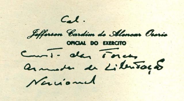 """Cartão de visitas do coronel  Jefferson Osório onde se lê escrita a mão a frase """"Comandante das Forças Armadas de Libertação Nacional"""""""