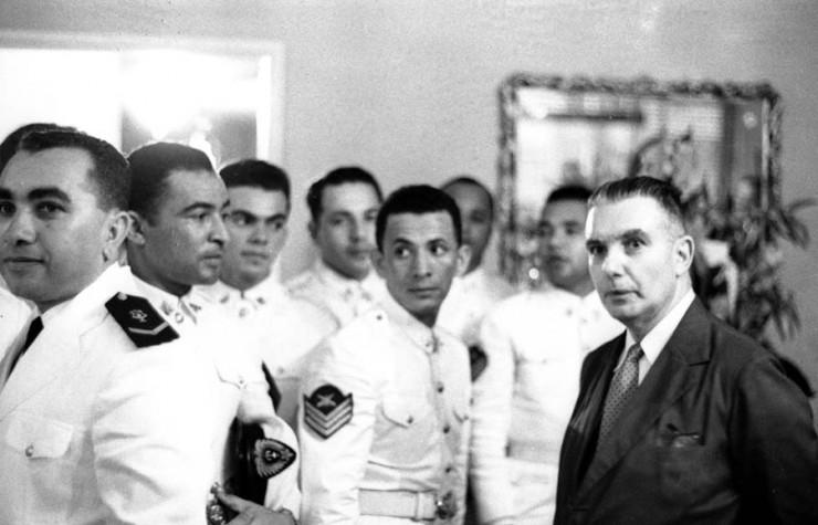 <strong> Almirante Pedro Paulo Ara&uacute;jo Suzano </strong> (de&nbsp;terno escuro), antes do golpe, em uma homenagem por seu anivers&aacute;rio, em novembro de 1963